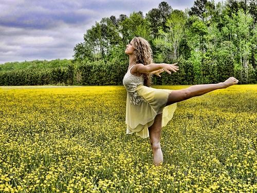 Dansen tussen de bloemen